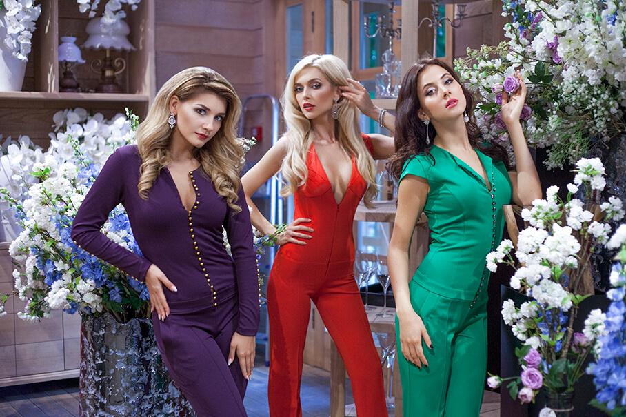 Девушки колектива ВИАГра позируют в цветочном бутике