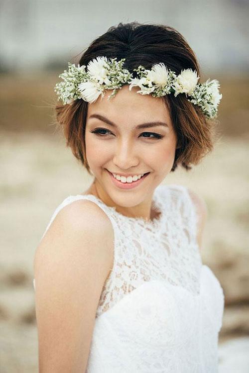 Живые цветы в свадебных коротких волосах