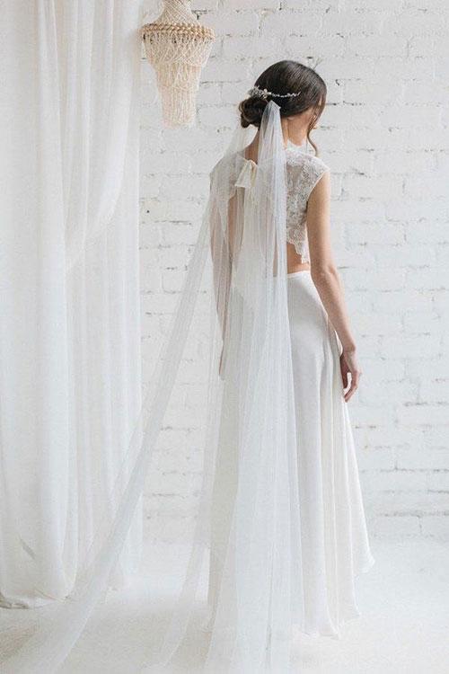 Утонченная веточка в волосах невесты с фатой