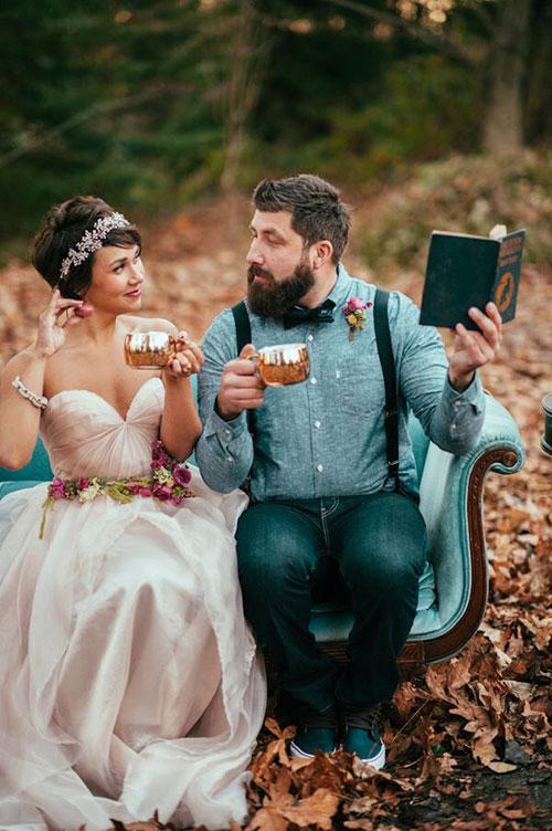 Короткая свадебная прическа с венком из хрусталя, кристаллов