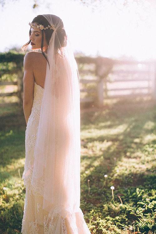 Свадебная прическа в кристальный венком на лбу с ватой