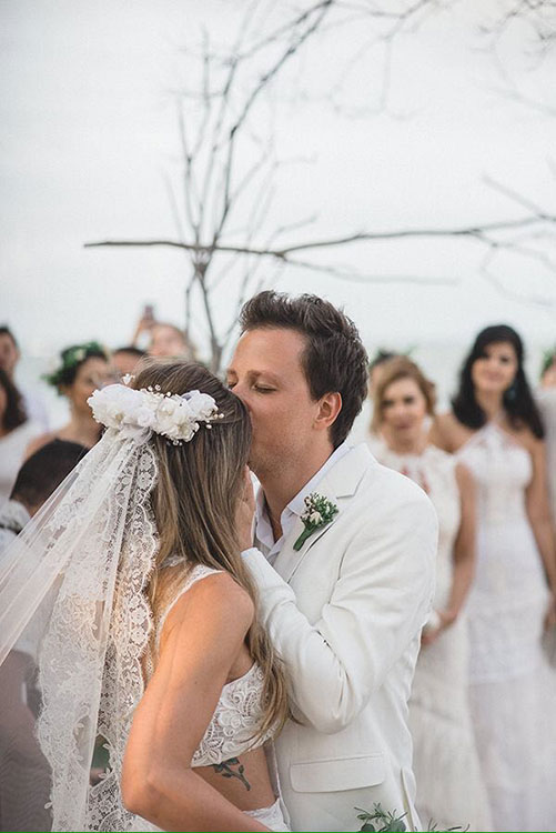 Естественная свадебная укладка с живыми цветами и фатой