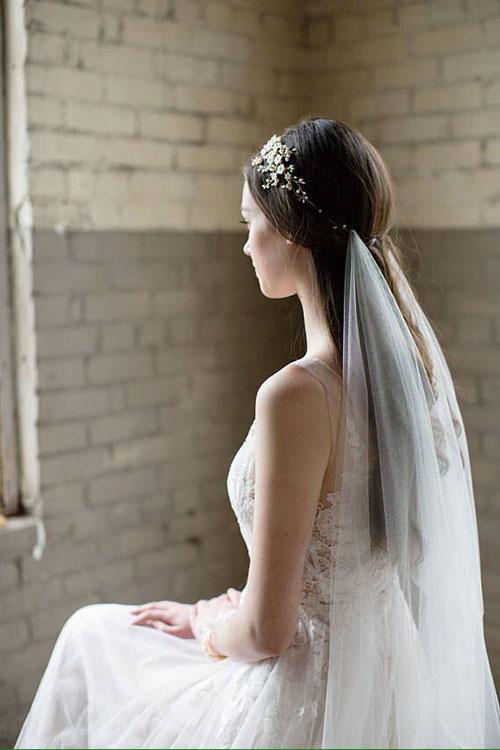 Элегантная свадебная прическу с венком и фатой