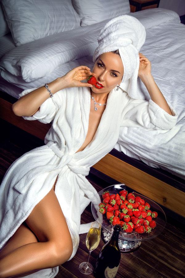 Девушка в сексуальном образе с клубникой в украшениях от DiaDemaGrand