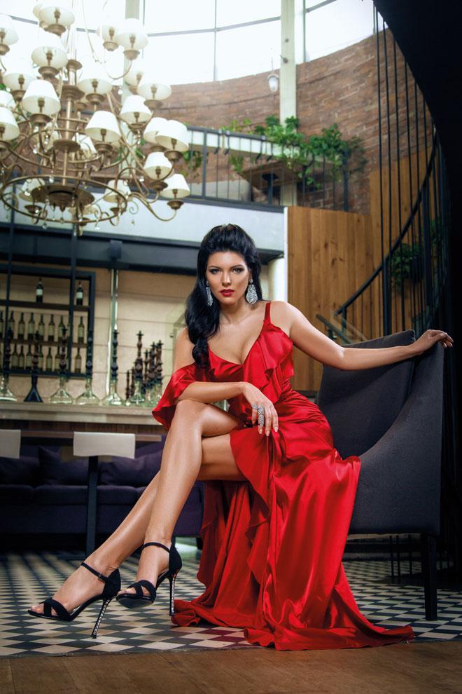 Виктория в красном длинном платье