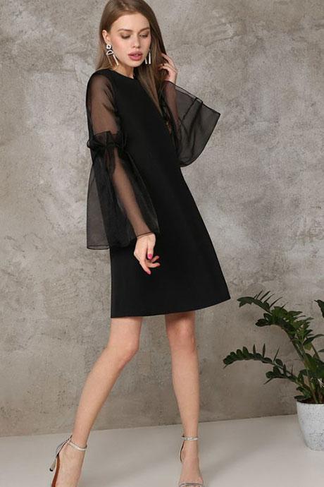Маленькое черное платье с прозрачными рукавами