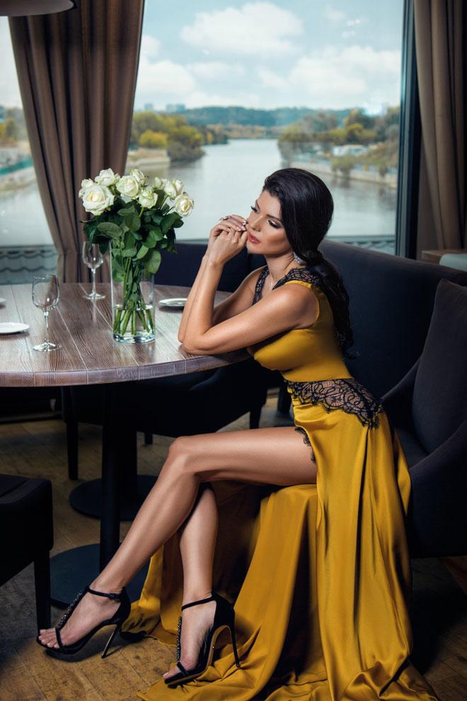 Прекрасная Виктория в желтом длинном платье