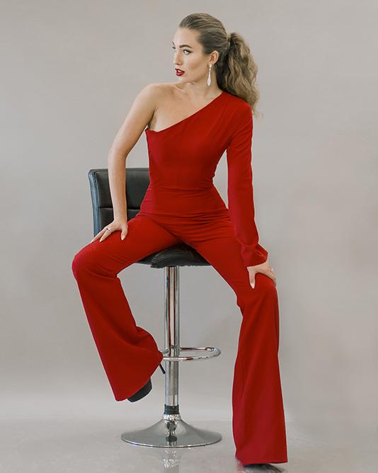 Саша Зорина в красном с нарядными украшениями