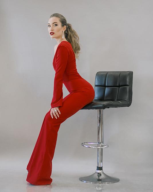 Длинные серьги под образ в красном костюме