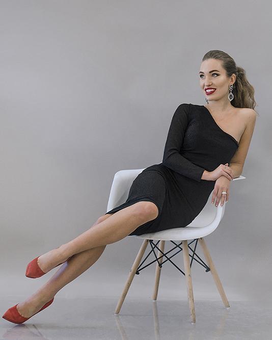 Образ Саши Зориной в маленьком чёрном платье с вечерними украшениями
