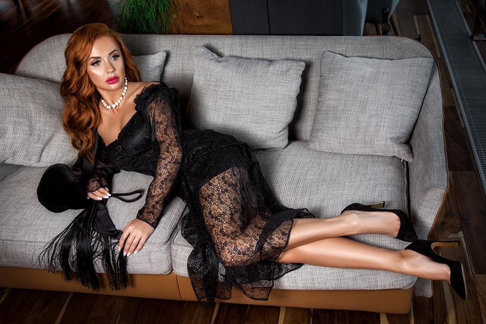 Элегантная Яна Бурлако в чёрном платье